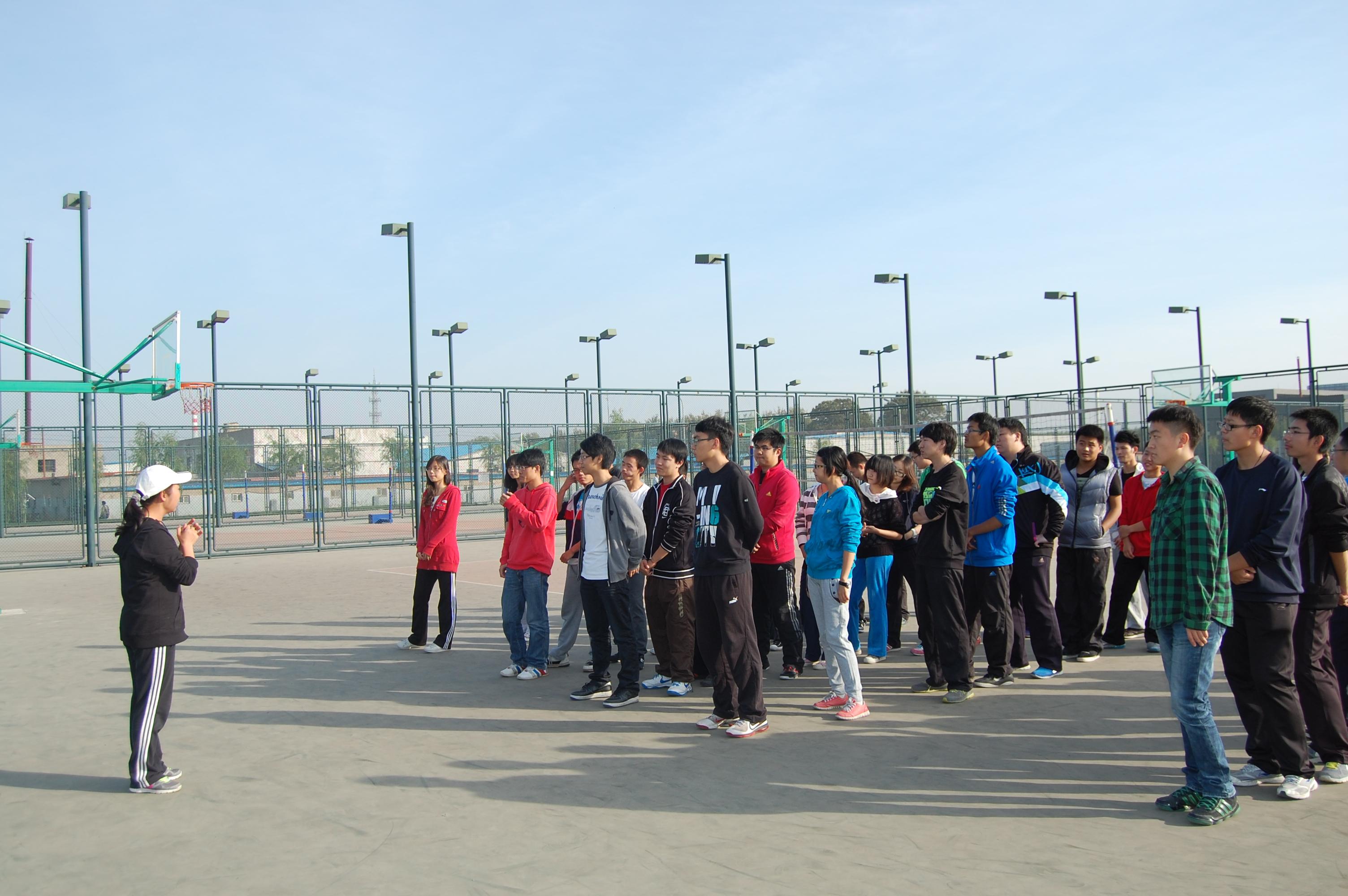 此次活动在王桂香老师的带领下顺利进行。首先进行的是团队建设,学员们以团队为单位为大家展示队名、队训和队形。正式的活动分为五个小项目,以团队为单位各自开展,训练团队成员之间的默契。最终通过比赛的形式,合格完成五个项目用时最短的团队获得胜利。在活动中,组员之间相互依赖、相互关联、通过团队合作进行必要的行动协调来完成既定的目标。学员们不仅锻炼了身体,还切身体会到了团队的力量。同时锻炼了协调和应变能力,学会了如何在合作中解决问题,赢得比赛。