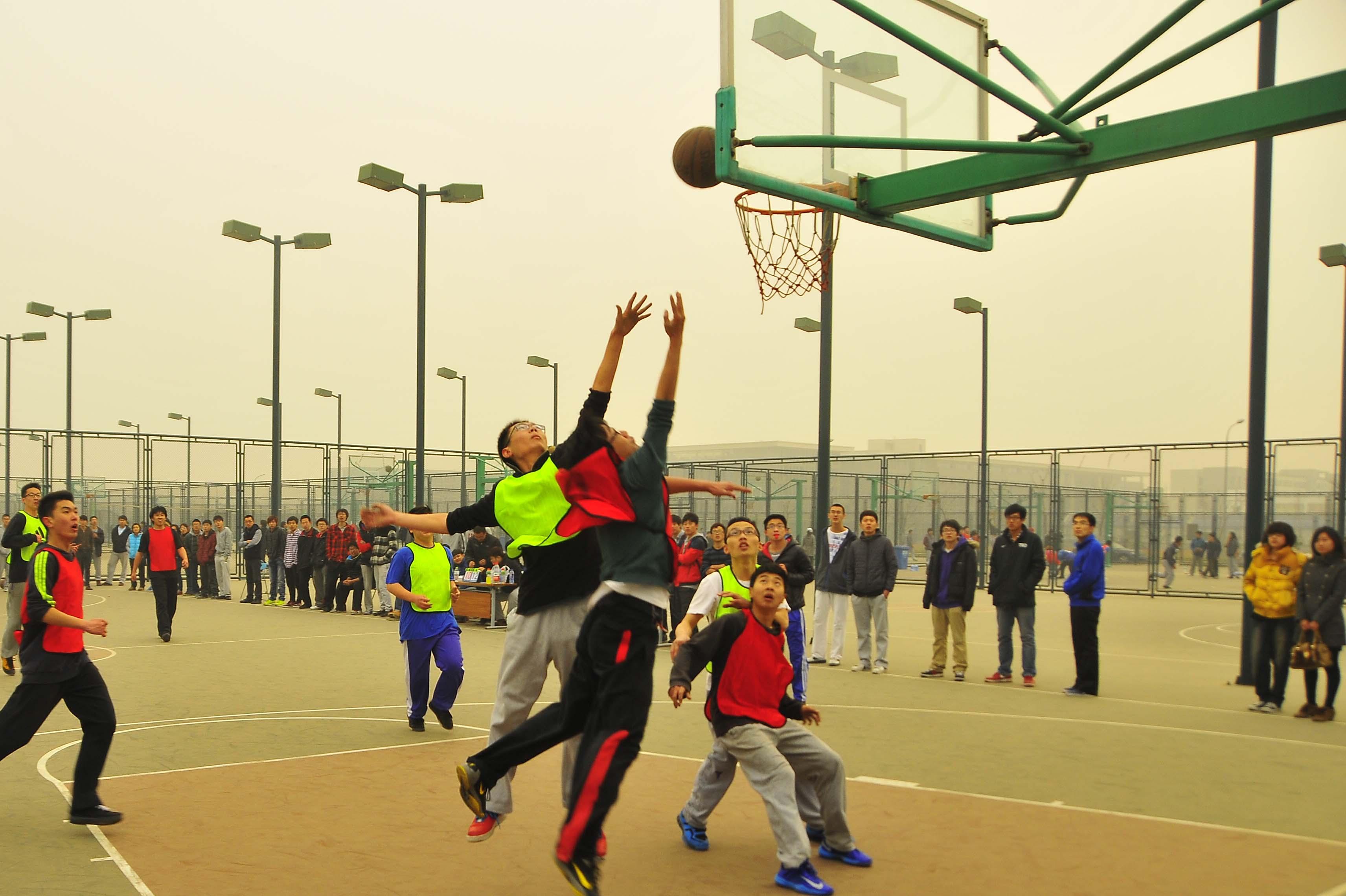 """通过本次""""青春杯""""班级篮球赛,在同学们课程学习之余,丰富了同学们的"""