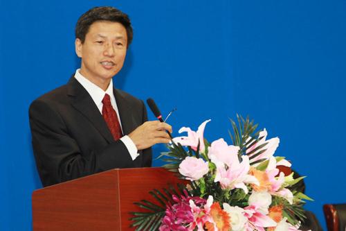 张校长朴实真挚的讲话多次被同学们热烈的掌声打断,他亲身