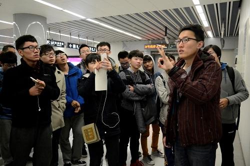 土木学院2015级新生专业认知活动走进地铁奥运支线